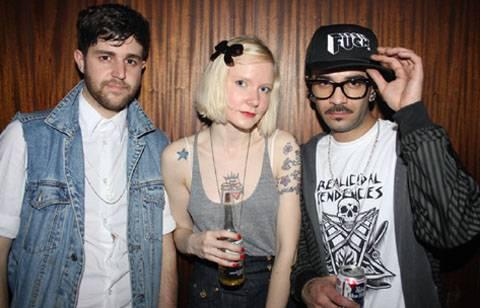 looks hipster con gafas, gorra, bigote y barba