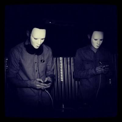 Indiepollas, ocultos tras unas máscaras para no ser reconocidos y que nadie les pegue una paliza